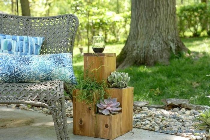 preciosa decoracion para tu patio, maceteros de palets DIY con plantas suculentas, veranda con un sofá de mimbre en gris