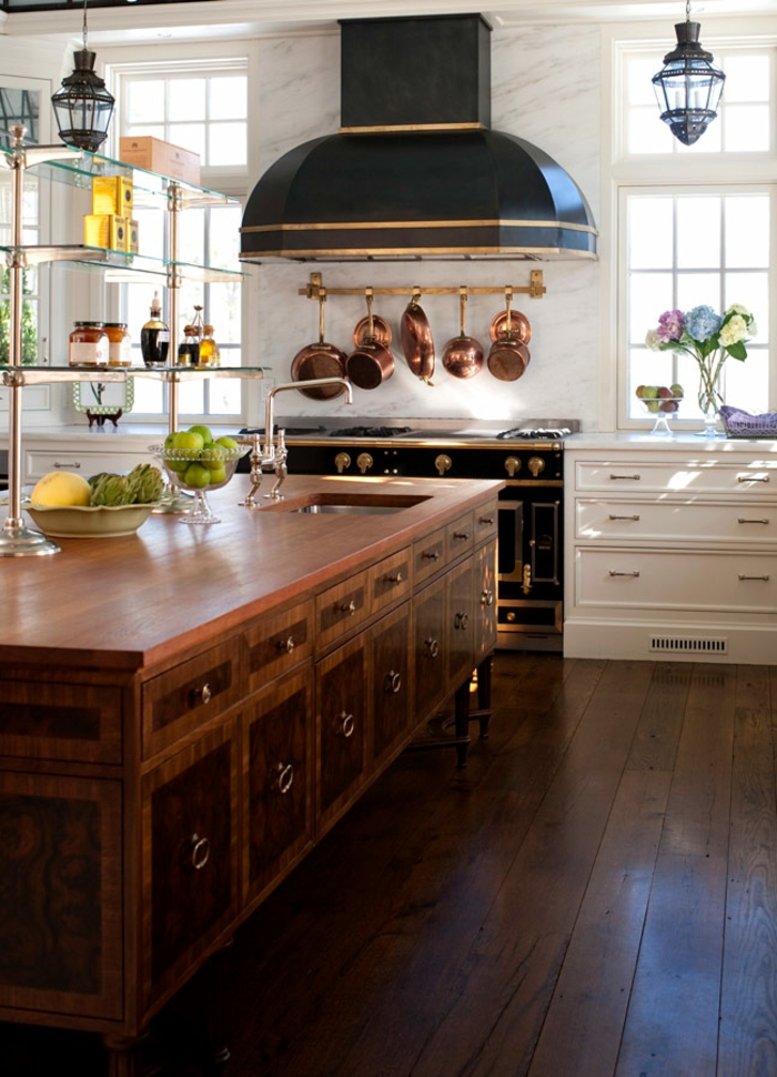 diseño moderno cocina con detalles en cobrizo, grande isla con armarios empotrados, cocinas con isla modernas