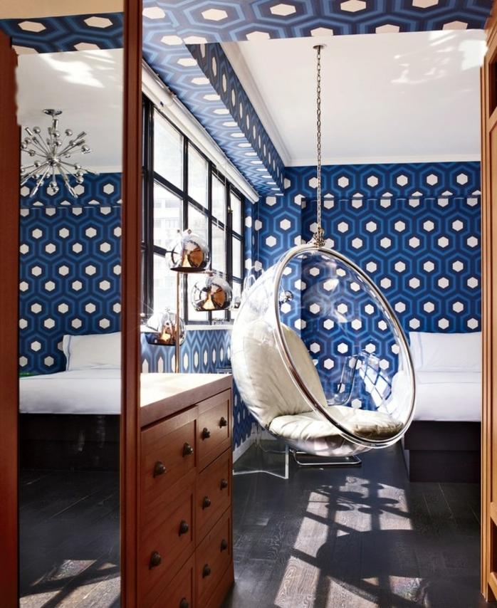 decorar con papel pintado dormitorios modernos, papel pintado en azul y blanco con motivos geométricos