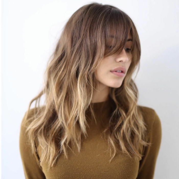 cortes de pelo largo modernos primavera verano 2018, cabello degradado flequillo largo, pelo castaño con mechas rubias