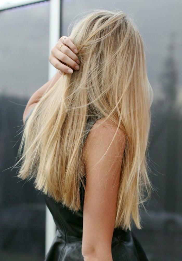 preciosa melena rubia muy larga con corte de pelo recto, cortes de pelo largo tendencias mujer 2018