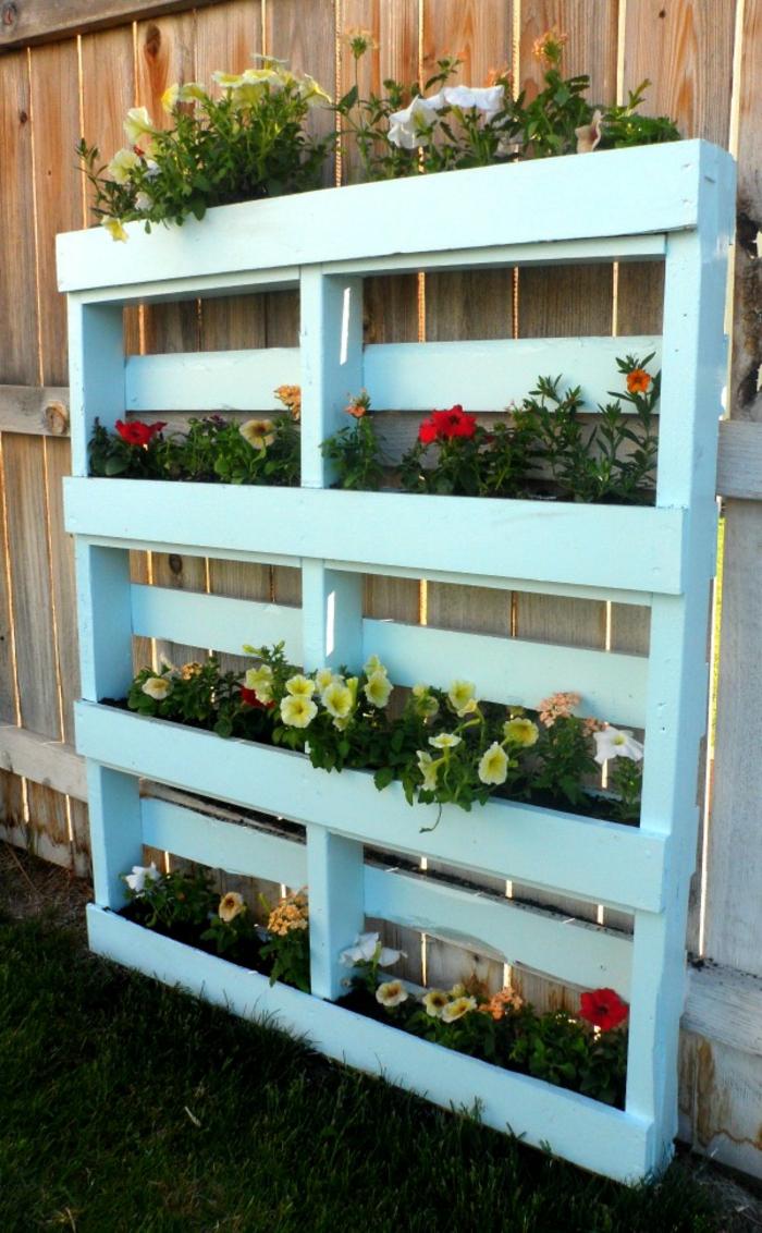 bonitas ideas con jardineras con palets DIY, jardinera pintada en azul claro con macetas pequeñas con flores