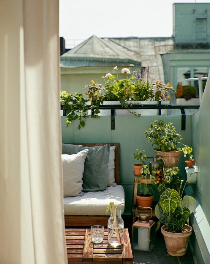 decoración de terrazas pequeñas consejos y trucos, muebles de palets y muchas macetas con plantas verdes