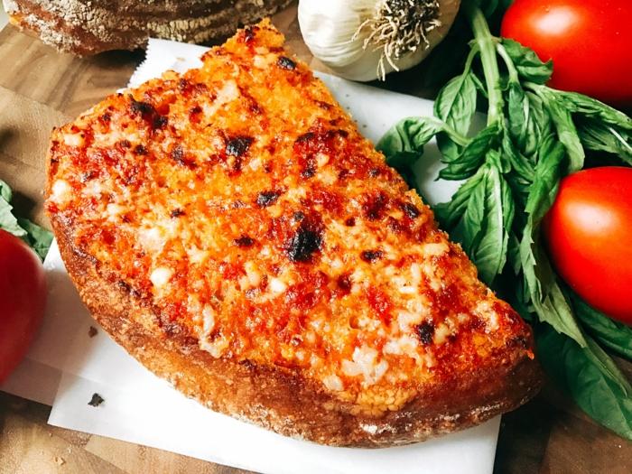 tapas faciles con tostadas, pan con tomate ajo y albahaca, recetas fáciles y simples para cenas con amigos en casa