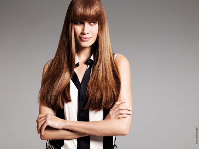 larga melena con flequillo color caramelo, cortes de pelo largo modernos, flequillo largo recto