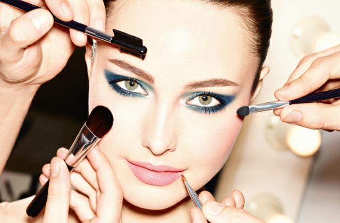 maquillaje moderno 2018, mujer con ojos ahumados con sombras en azul y tinte rosado en los labios, ideas como maquillarse los ojos