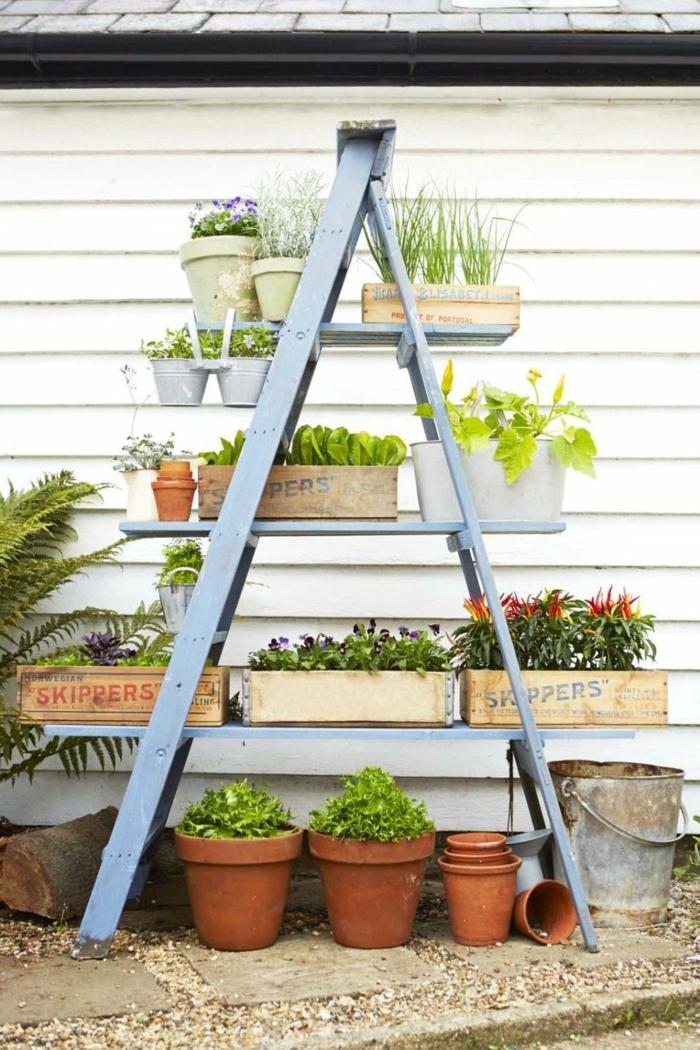 ideas de decoracion de exteriores, jardinera vertical DIY de madera pintada en azul, macetas de cajas de fruta