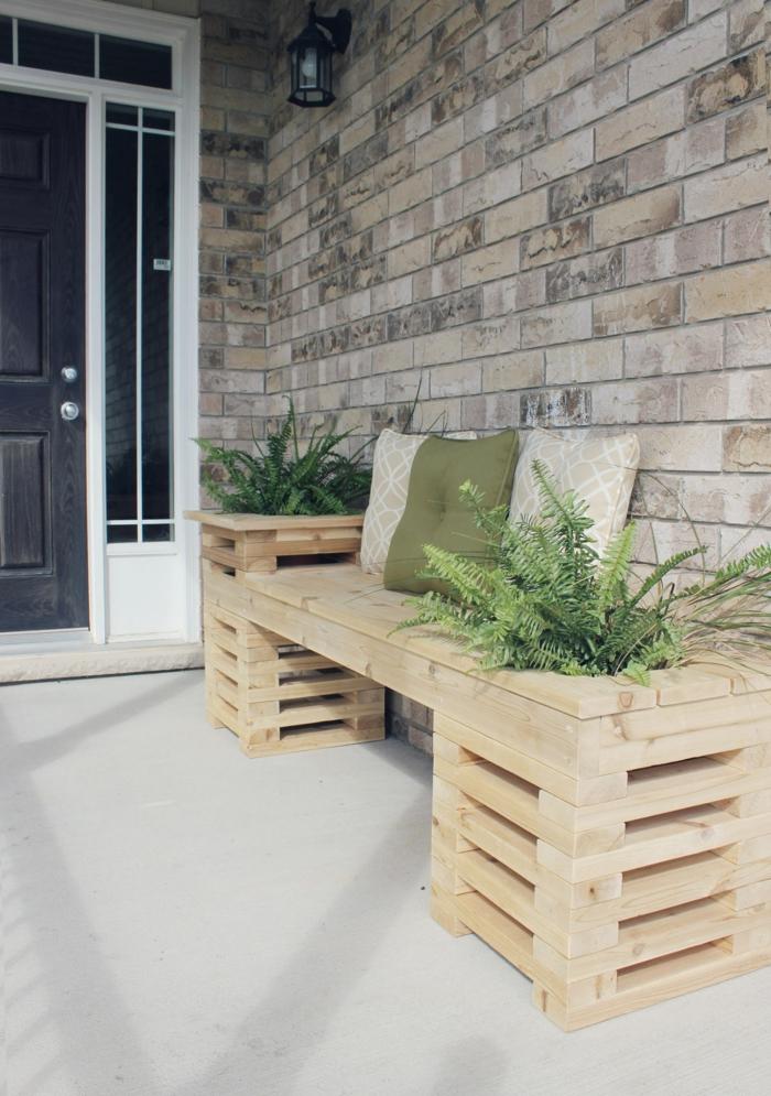 bonita decoración para la veranda, banco de madera hecho de palets con plantas verdes, jardineras con palets DIY