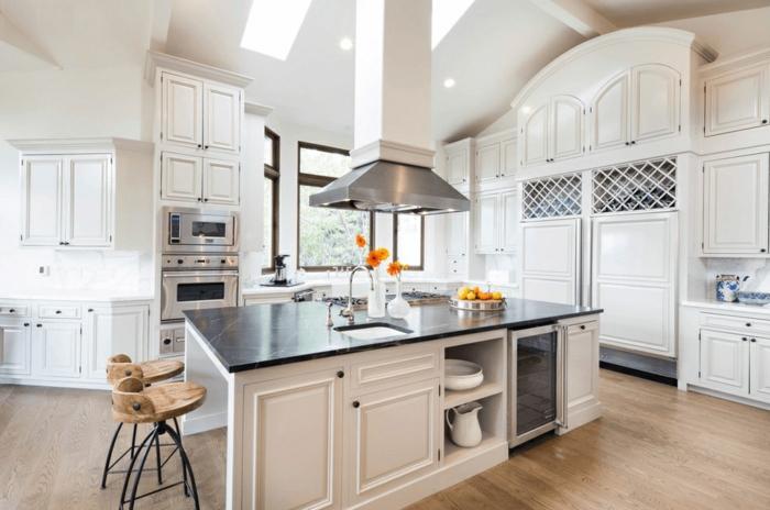 cocinas con isla en blanco, precioso diseño con grande isla de forma rectangular en el centro, suelo de parquet y paredes en blanco