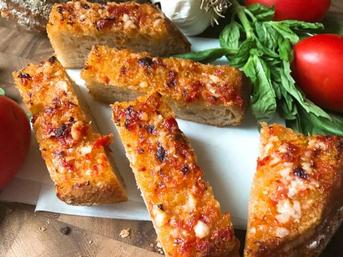 como hacer un simple pan con tomate y ajo en 10 minutos, recetas rápidas de tapas faciles y entrantes