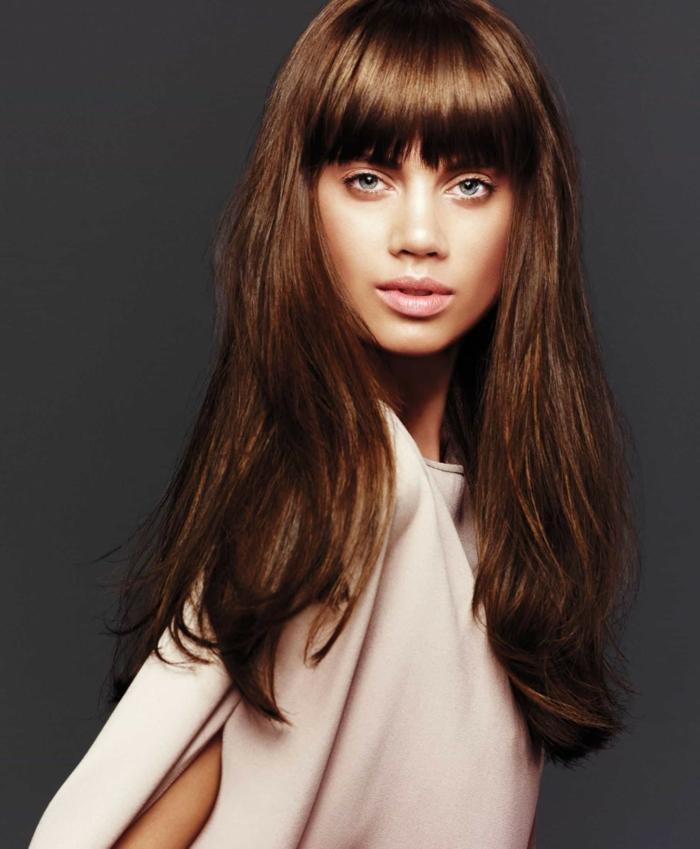tendencias pelo 2018, melena color castaño tono caramelo, cortes de pelo largo con flequillo, corte de pelo recto