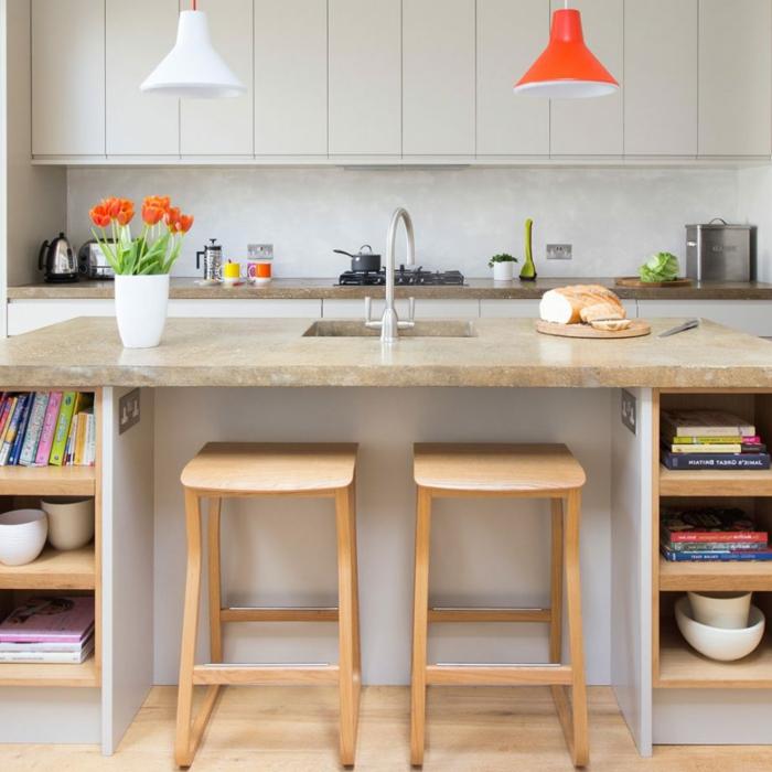 cocinas con isla modernas, isla multifuncional con estantes, barra con encimera de marmol y detalles en color naranja