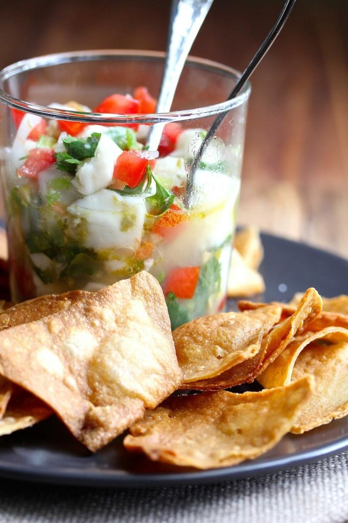 ceviche con verduras y pan arabe frito, queso mozzarella, tomates y perejil, ideas de tapas faciles paso a paso