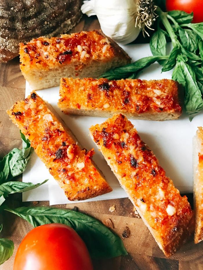 pan con tomate ajo y albahacas, tapas faciles y ricas para hacer en menos de 10 minutos