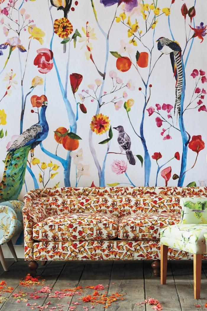 ideas originales para decorar con papel pintado las paredes, fondo blanco y elementos de la fauna y flora, sofá tapizada en colores