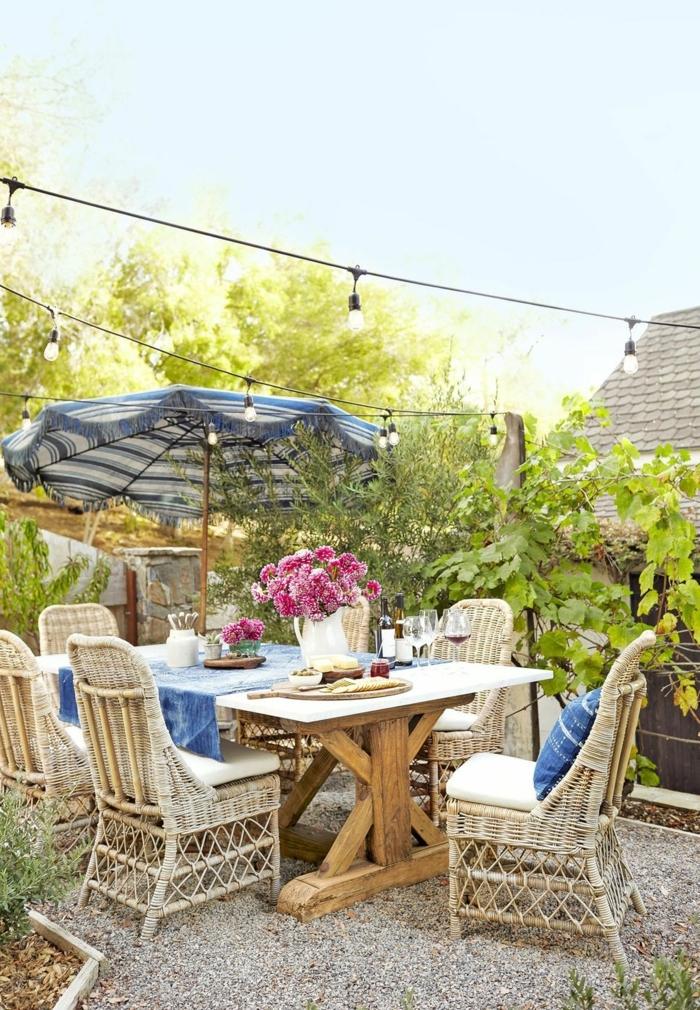decoracion de jardines y patios en estilo vintage, muebles de madera y mimbre decoración de flores y iluminación original