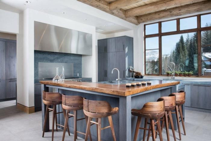 preciosa cocina en estilo rústivo moderno, isla con barra de madera y altas sillas de madera, cocinas con isla