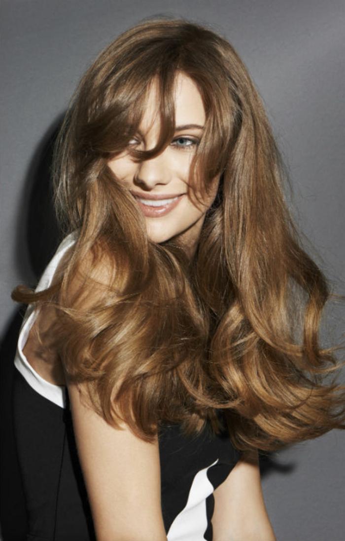 ideas cortes de pelo para cara alargada, pelo largo ligeramente ondulado con flequillo largo separado