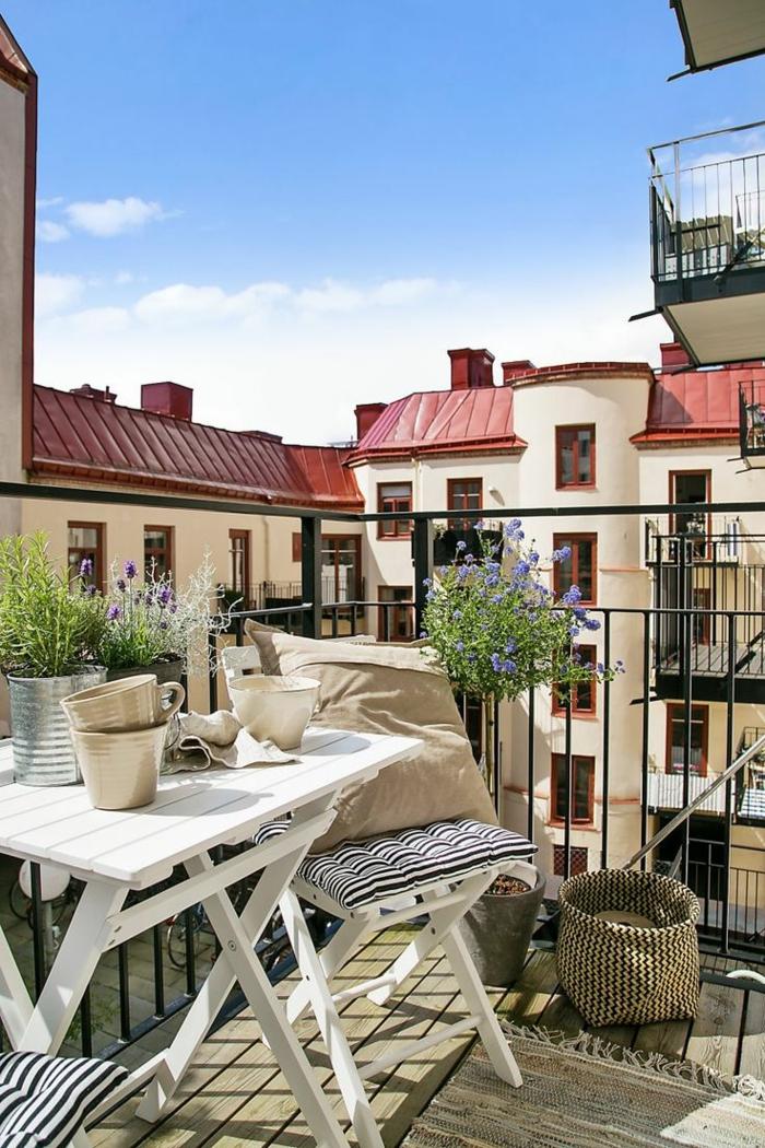 pequeña terraza con muebles de madera en blanco, cojines decorativos y detalles en terrazas pequeñas, decoracion terrazas pequeñas y modernas