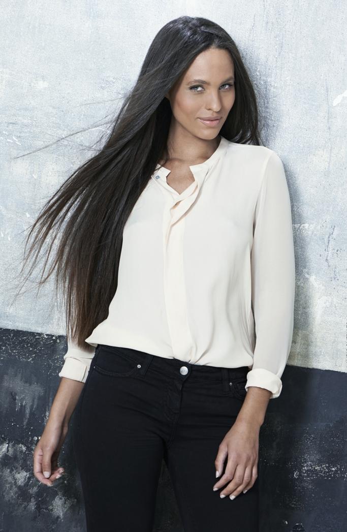 propuestas cortes de pelo muy largo, melena larga castaña corte recto y raya asimétrica, camisa en tono pastel y vaqueros negros
