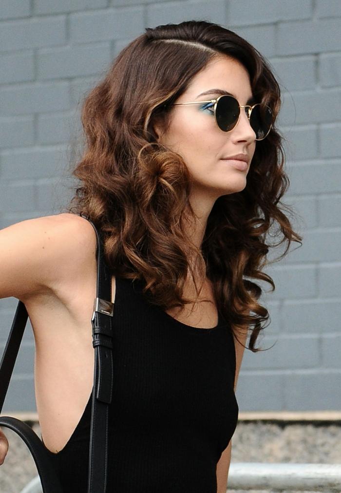 cortes de pelo pelo rizado, melena larga rizada con raya lateral, mujer con gafas y blusa negra
