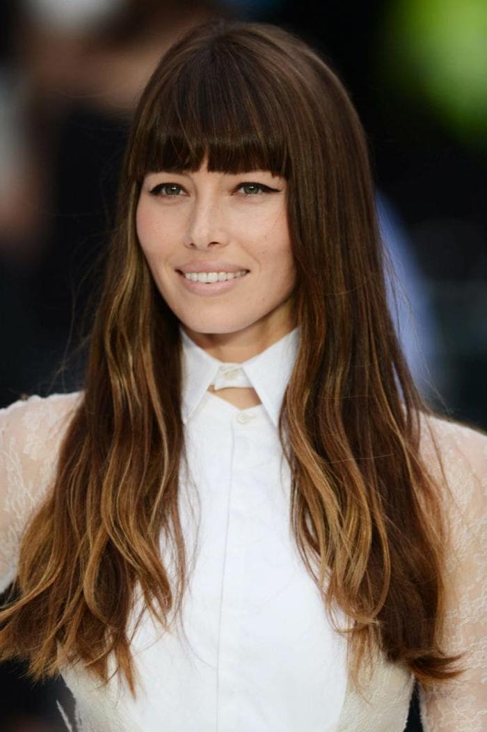 Jessica Biel pelo largo con mechas rubias, cabello castaño con flequillo largo recto, cortes de pelo tendencias