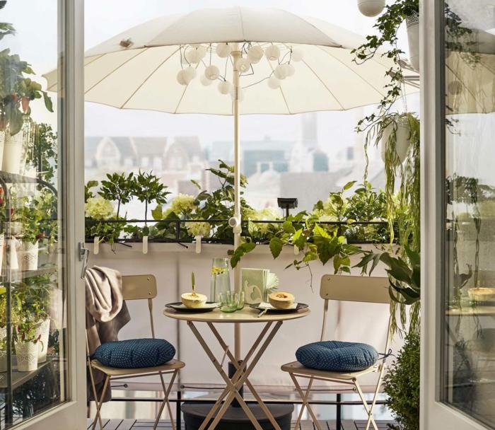 ideas de decoracion terrazas pequeñas en beige según las últimas tendencias, colores claros y muchas plantas verdes