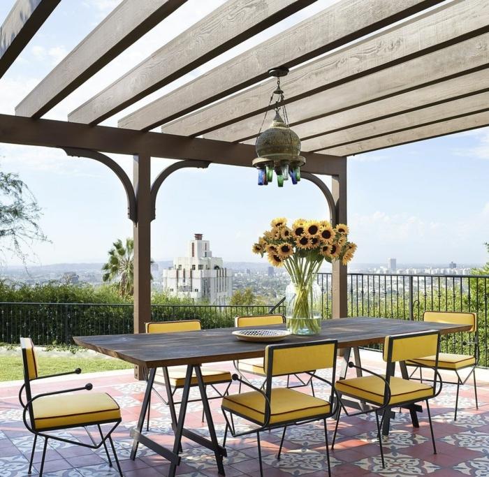 increíbles ideas de decoración de patios con encanto , grande mesa de madera y sillas en amarillo, pérgola de madera con vista