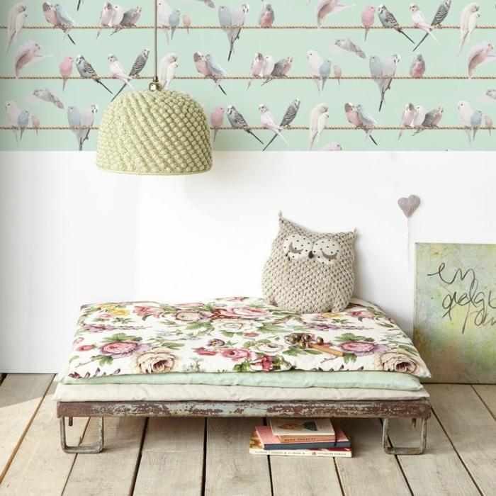 papel vinilico en verde con estampados de aves, ideas de decoración espacio en estilo vintage motivos florales