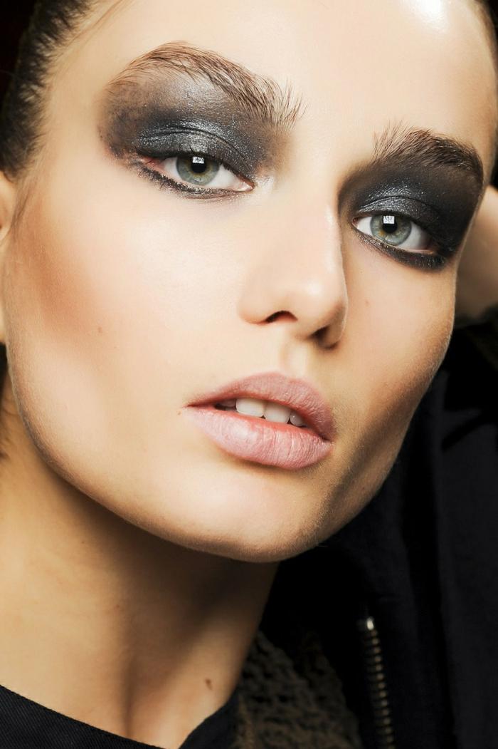 cómo maquillarse los ojos para conseguir ojos ahumados, mirada dramática con sombras en los tonos del gris