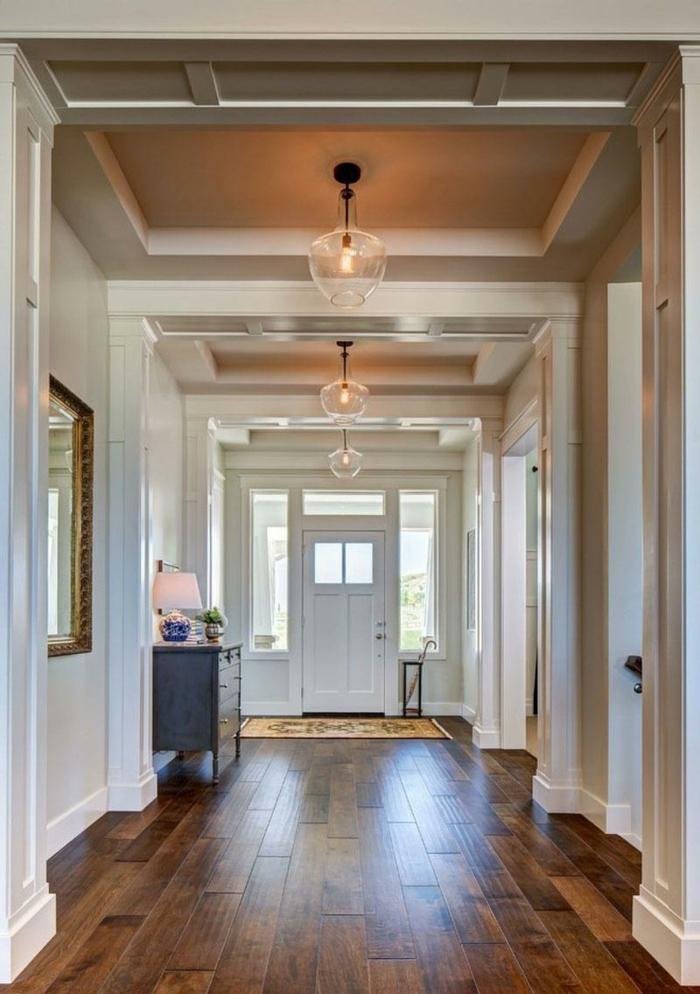 largo y grande corredor decorado en tonos claros, propuestas cómo decorar un pasillo largo paso a paso