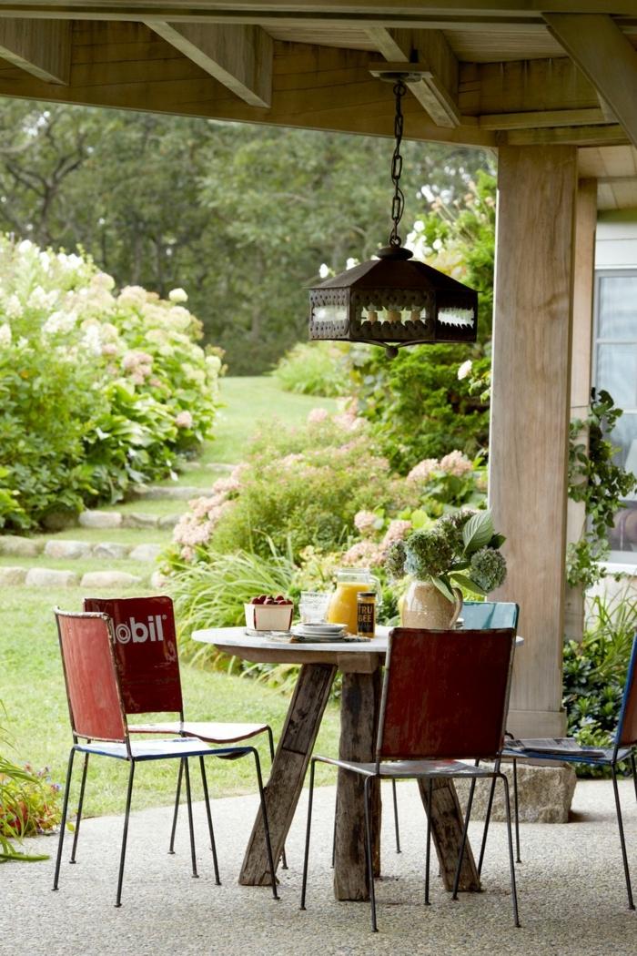 bonitas ideas para decorar terrazas, pergola de madera, pequeña mesa de madera y sillas vintage, ideas de decoración patio