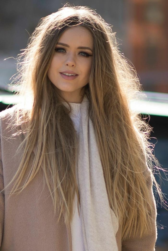 melena muy larga rubia, cortes de pelo modernos, cabello recto muy largo, mujer vestida en colores pastel