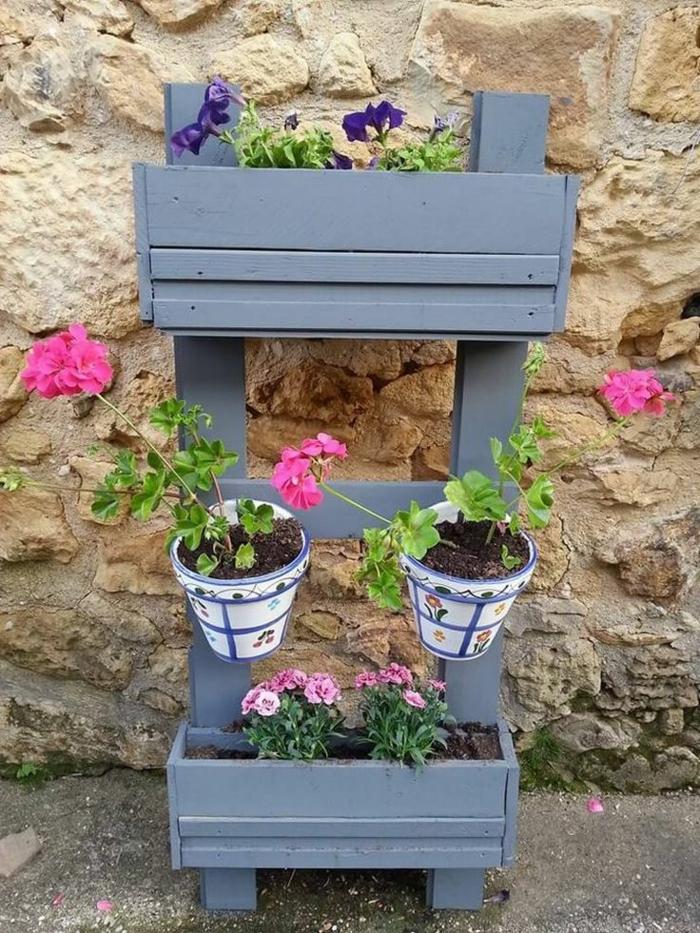 preciosas ideas de jardineras de madera hechas a mano, jardinera hecha de plaets pintada en gris, macetas pequeñas con dibujos bonitos