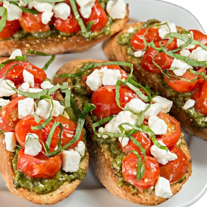 tostadas super ricas y f'aciles de hacer, ideas de tapas faciles, pan con pesto casera, tomates cherry, queso blanco y cebollín
