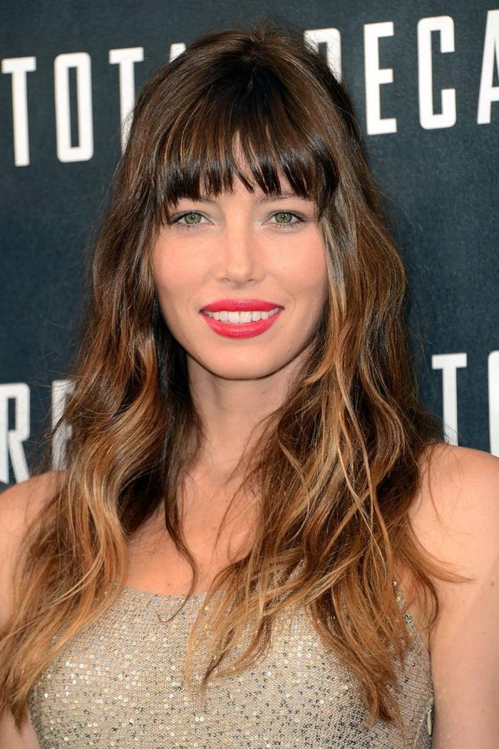 cortes de pelo cara redonda modernos, Jessica Biel con pelo castaño mechas más claras, vestido elegante en plateado