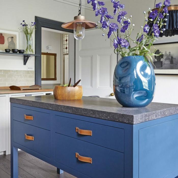 ejemplo de cocinas modernas blancas con detalles coloridos, isla con estantes empotrados en azul
