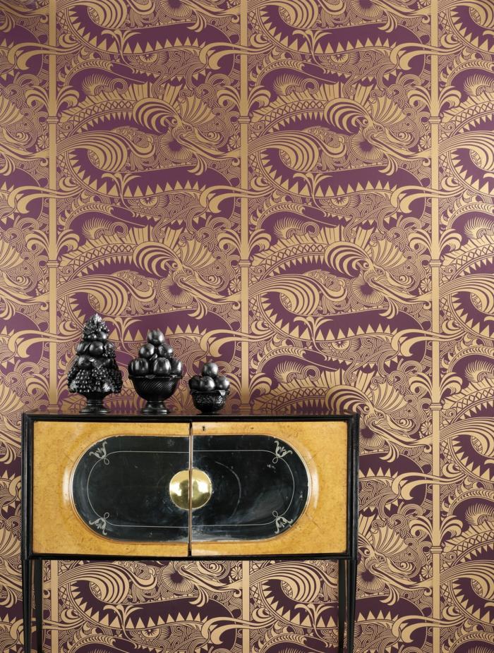 papel vinilico para decorar tu casa en estilo vintage, pared decorada con papel pintada estilo oriental en marrón y dorado