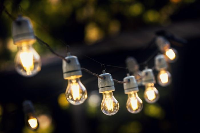 ideas para jardines originales, como iluminar el patio de manera original, guirnalda de bombillas