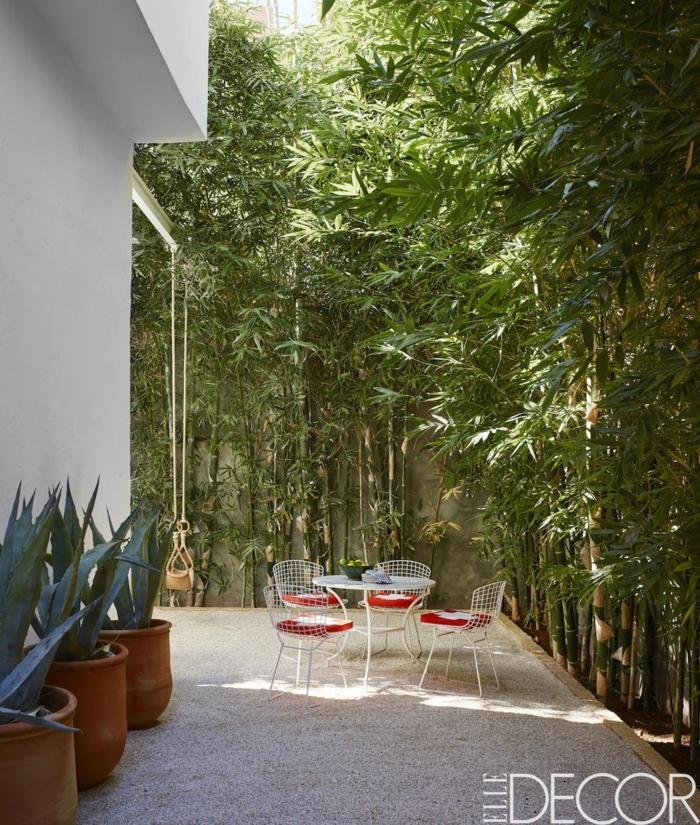 preciosas ideas de patios decorados, vallas de bambú, jardín con privacidad con pequeños muebles y grandes maceteros de arcilla