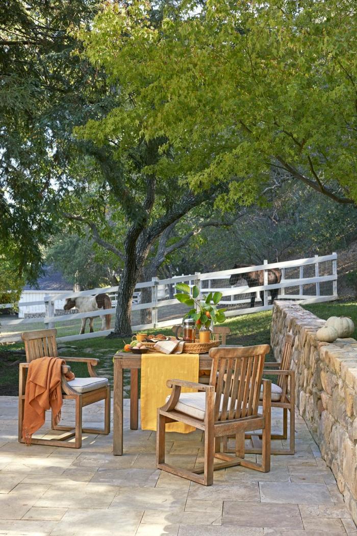 ideas de decoracion de jardines y patios, emsa y sillones de madera, suelo con baldosas, ideas decoración de exteriores
