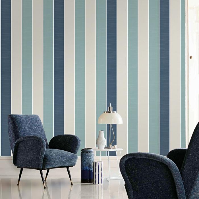 papel vinilico en rayas en azul y beige, ideas de decoración en estilo minimalista, sillones modernos en azul