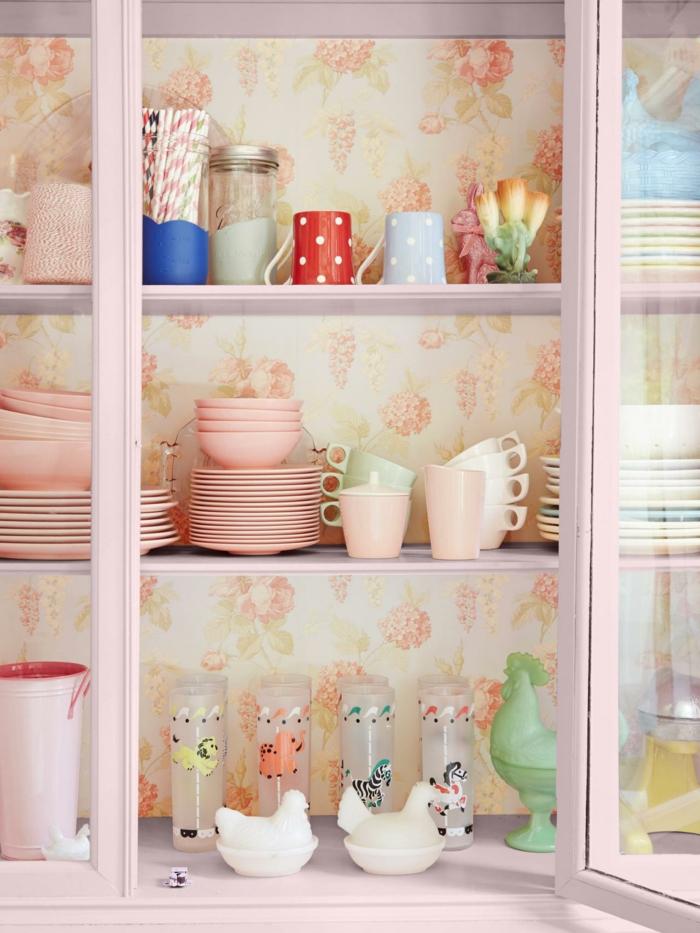 ideas de decoración de muebles con papel vinilico, armario pintado en rosado decorado con papel pintado en motivos florales
