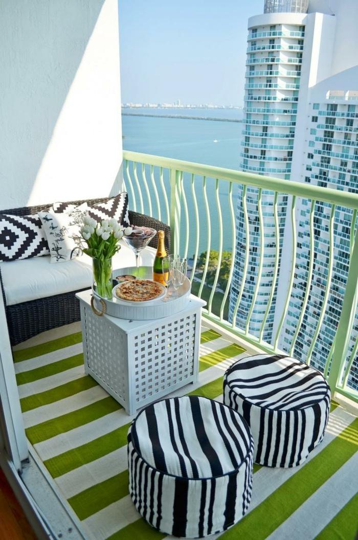 bonito espacio decorado en tonos claros con detalles en verde, decoracion terrazas pequeñas con muebles modernos