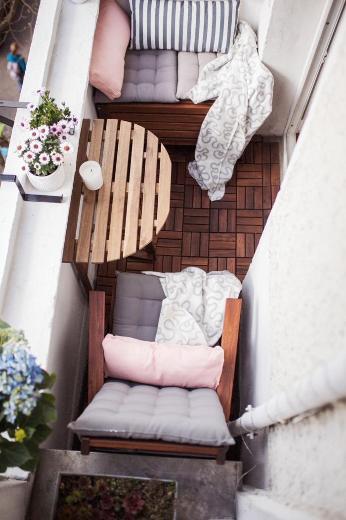 decoracion terrazas pequeñas en tonos pastel, sillas de madera con colchotas en gris y cojines en rosado