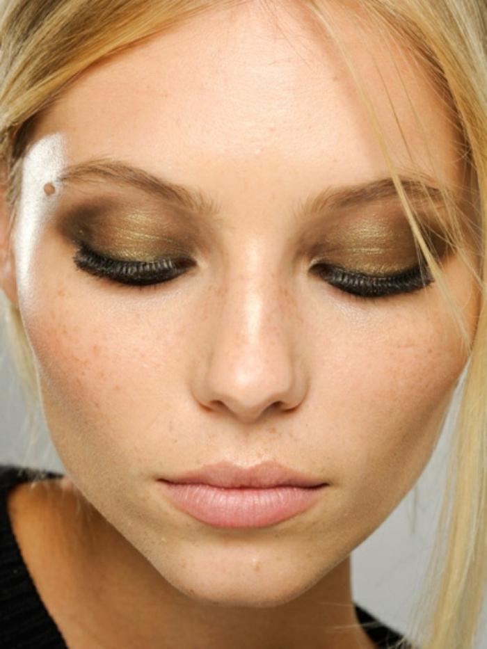 maquillaje simple y sofisticado con sombras en dorado en todo el párpado, maquillaje ojos paso a paso