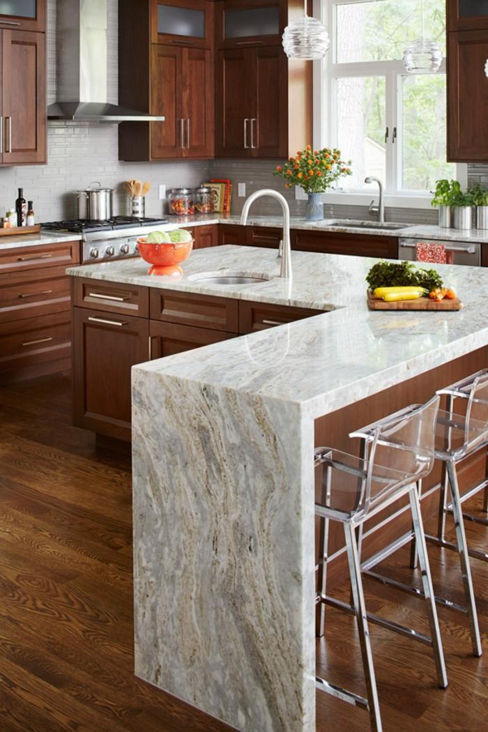 diseño de cocinas modernas con isla en L, suelo de parquet, armarios de madera y grande isla multifuncional