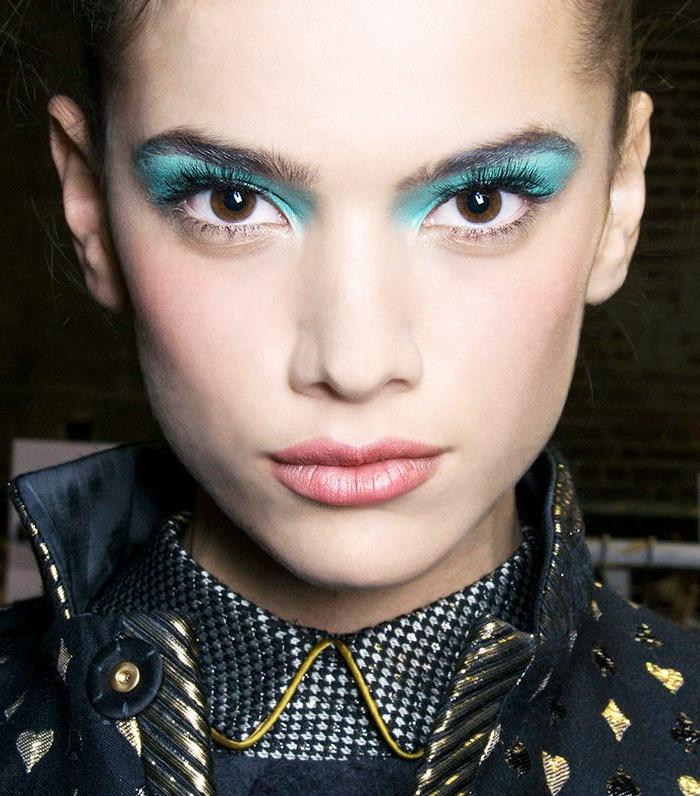 bonita ideas maquillaje ojos en tonos fluorescentes, sombras en color aguamarina en los párpados enteros