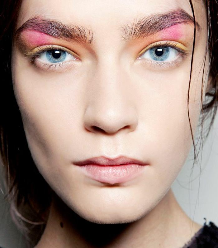 tendencias en el maquillaje de los ojos primavera verano 2018, Los ojos ¨neón¨ seguirán en tendencia en la nueva temporada con dos tonos de sombras