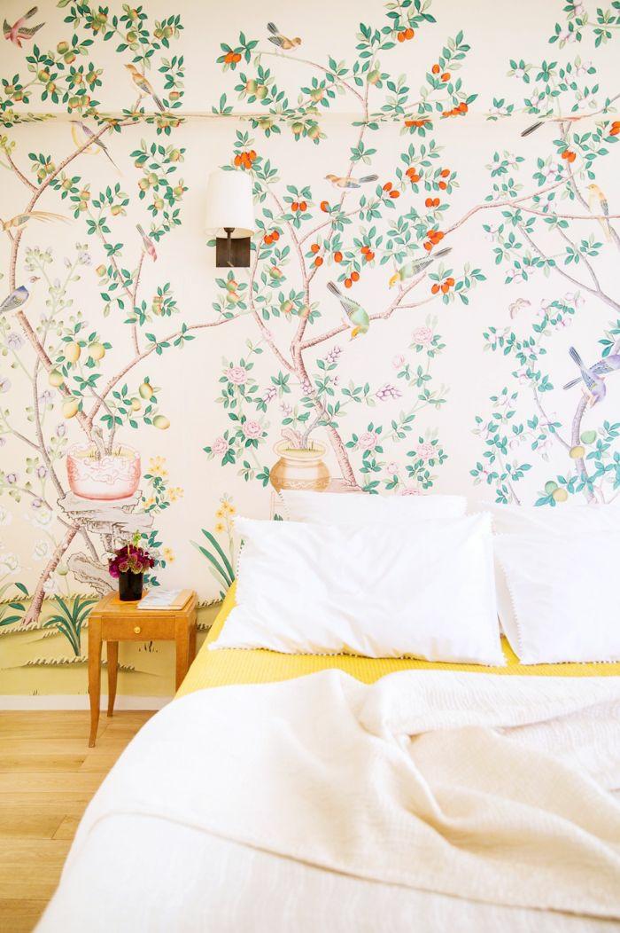 dormitorio decorado en colores claros con papel vinilico motivos florales, ideas para añadir frescura al ambiente